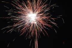 Helder steekt het kleurrijke explosieve vuurwerk omhoog de nachthemel bij de vieringen van de Nieuwjaar` s vooravond aan Gelukkig Stock Foto