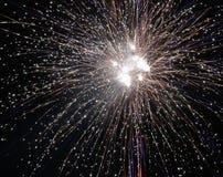 Helder steekt het kleurrijke explosieve vuurwerk omhoog de nachthemel bij de vieringen van de Nieuwjaar` s vooravond aan Gelukkig Royalty-vrije Stock Afbeelding