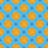 Helder Sunny Seamless Pattern van Hand-drawn Gele Zonnen op Lichtblauwe Achtergrond vector illustratie
