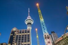 Helder verlichte skywar Hemeltoren en het gekleurde antenne toenemen Royalty-vrije Stock Foto