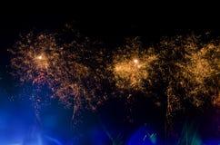 Helder vuurwerk bij nacht royalty-vrije stock fotografie