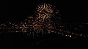 Helder vuurwerk ter ere van het festival boven de rivier stock video