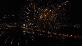 Helder vuurwerk ter ere van het festival boven de rivier stock videobeelden