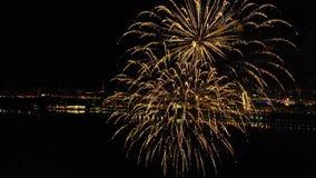 Helder vuurwerk ter ere van het festival boven de rivier stock footage