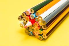 Heldere abstracte achtergrond van multi-colored potloden stock fotografie