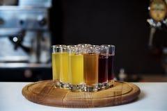 Heldere alcoholische schoten op een houten raad stock foto's