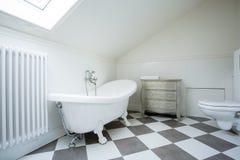 Heldere badkamers in de zolder Stock Foto