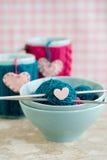 Heldere ballen van garen in blauwe platen en met de hand gemaakt van hart Royalty-vrije Stock Afbeeldingen