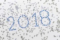 Heldere blauwe cijfers 2018, Nieuwjaar met zilveren sterren op witte achtergrond Kerstmis en nieuwe jaarviering Stock Afbeeldingen