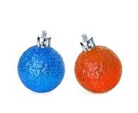Heldere blauwe en oranje geïsoleerde Kerstmisballen U kunt het als concept van de de winterverkoop gebruiken Stock Foto