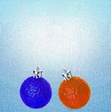 Heldere blauwe en oranje Kerstmisballen op blauwe ijsachtergrond U kunt het als concept van de de winterverkoop gebruiken Royalty-vrije Stock Foto