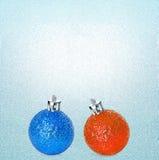 Heldere blauwe en oranje Kerstmisballen op ijs turkooise achtergrond U kunt het als concept van de de winterverkoop gebruiken Stock Foto