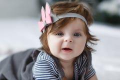 Heldere blauwe eyed beauity meisje van de 6 maand het oude baby bekijkt dicht de camera Royalty-vrije Stock Foto's
