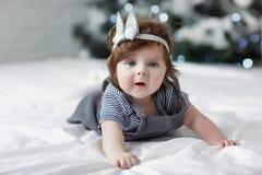 Heldere blauwe eyed beauity meisje van de 6 maand het oude baby bekijkt dicht de camera Stock Fotografie