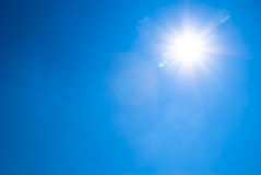 Heldere blauwe hemel en zon Stock Afbeelding