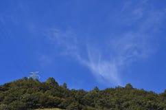 Heldere blauwe hemel met gezwollen witte wolken Royalty-vrije Stock Foto's
