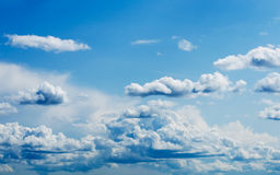 Heldere blauwe hemel met witte wolken Royalty-vrije Stock Afbeeldingen