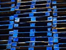 Heldere blauwe houten verschepende paletten Stock Fotografie