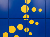 Heldere blauwe Muur met gele vlekken Royalty-vrije Stock Afbeelding