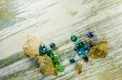 Heldere blauwe parels en zeeschelpen bij de bodem van het kader Stock Fotografie