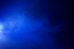 Heldere Blauwe Rook op Zwarte Achtergrond Royalty-vrije Stock Fotografie
