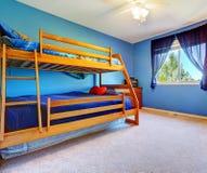 Heldere blauwe slaapkamer met bulkbed Royalty-vrije Stock Fotografie