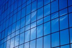 Heldere blauwe venstersbezinningen Stock Afbeelding