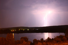 Heldere blikseminslag tegen de zwarte hemel Royalty-vrije Stock Fotografie