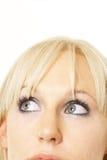 Heldere blonde die omhoog kijkt Royalty-vrije Stock Fotografie
