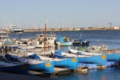 Heldere boten op de Mediterrane kust Royalty-vrije Stock Foto's