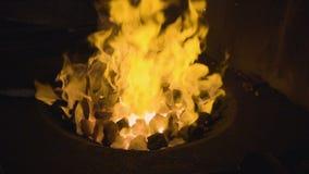 Heldere brand dichte omhooggaand stock video