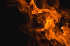 Heldere brandende brand op de zwarte achtergrond Royalty-vrije Stock Foto's