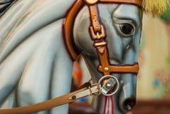 Heldere carrousel in een vakantiepark Paarden op een traditionele kermisterrein uitstekende carrousel Stock Foto