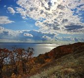 Heldere de herfstdag op de Volga rivier stock foto