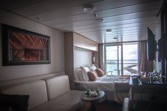 Heldere de luxeruimte van het cruiseschip met balkonmening Royalty-vrije Stock Foto's