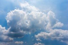 Heldere de Wolkenachtergrond van de Hemel Witte Cumulus Royalty-vrije Stock Foto's