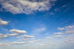 Heldere de zomer blauwe hemel met witte wolken royalty-vrije stock afbeelding