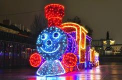 Heldere decoratie van de stad op de vooravond van Kerstmis stock foto's