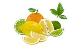 Heldere die citrusvruchten met plakken op witte achtergrond worden geïsoleerd Stock Foto's
