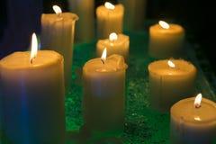 Heldere die kaarsen bij van de Nieuwjaar` s Vooravond en verjaardag partij worden gehouden stock foto's