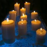 Heldere die kaarsen bij van de Nieuwjaar` s Vooravond en verjaardag partij worden gehouden royalty-vrije stock fotografie