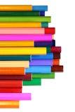 Heldere die kleurpotloden op wit worden geïsoleerd Stock Afbeelding