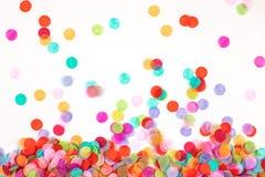 Heldere die multicolored confettien op witte achtergrond worden ge?soleerd stock afbeelding