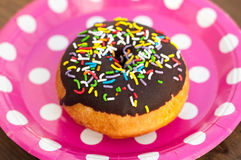 Heldere doughnut op de plaat Royalty-vrije Stock Foto