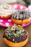 Heldere doughnut op de plaat Stock Foto