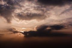 Heldere dramatische hemel bij zonsopgang royalty-vrije stock fotografie