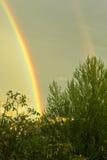 Heldere dubbele regenboog na een onweer met zware regen Bewolkte hemel Royalty-vrije Stock Foto