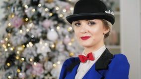 Heldere en mooie vrouw die een hoed en het glimlachen dragen het bekijken camera stock video