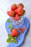 Heldere en rijpe aardbei in glasschotel - zoet dessert in de zomer Stock Afbeeldingen