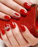 Heldere feestelijke rode manicure op vrouwelijke handen Spijkersontwerp Royalty-vrije Stock Afbeelding